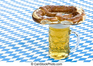 oktoberfest, pretzel, en, jarrade cerveza