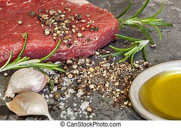 olaj, peppercorns, nyers, fokhagyma, olajbogyó, hússzelet, rozmaring