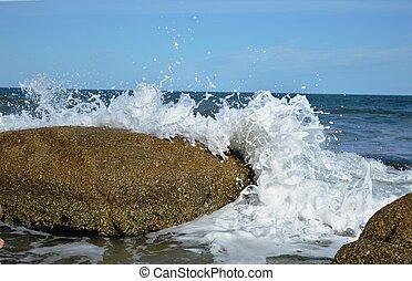 Olas rompiendo entre las rocas - Olas rompiendo con fuerza...