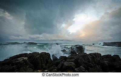 Olas - Zona de costa con oleaje en mar agitado y cielo...