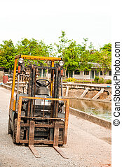 Old forklift for lifting.