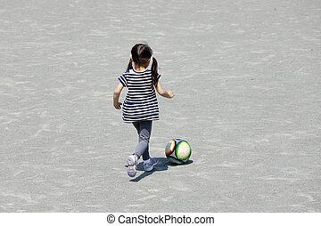 old), niña, pelota, (appearance, futbol, (5, gotear, behind...