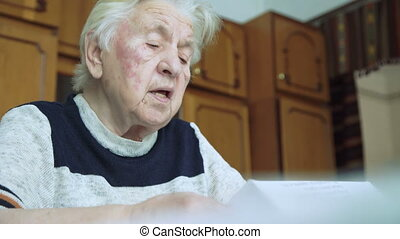 Old woman that reads a covenant