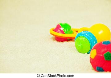 oldish, fond, jouets