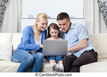 oleaje, familia feliz, internet