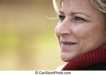 olhando, mulher sorri, maduras