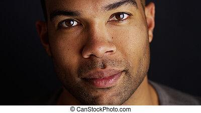 olhar, câmera, homem preto, bonito