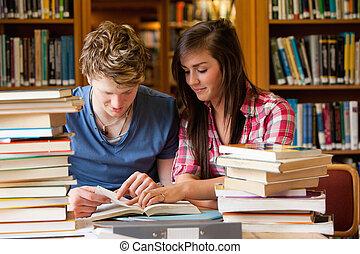 olhar, estudantes, livro, sério