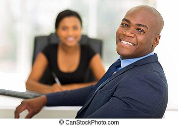 olhar, homem negócios, americano, afro, costas