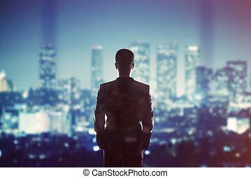 olhar, homem negócios, cidade