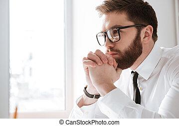 olhar, homem negócios, jovem, computer., sério
