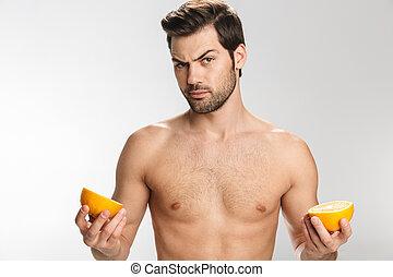 olhar, homem, segurando, câmera foto, laranja, metade-...