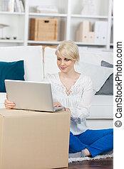 olhar, laptop, mulher, em movimento, caixas