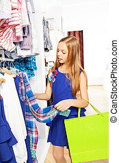 olhar, menina, com, luminoso, saco shopping, em, loja