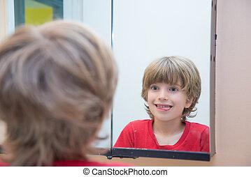 olhar, menino, mesmo, jovem, espelho
