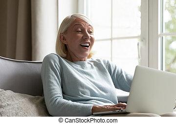 olhar, mulher, tela, sente, oferta, computador, incrível, recebido, chocado