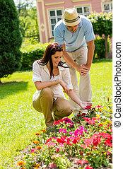 olhar, parque, par, ensolarado, jovem, flores