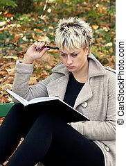 olhar sério, mulher, estudar