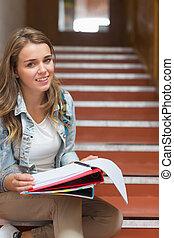 olhar, sentando, jovem, alegre, câmera, estudante, escadas