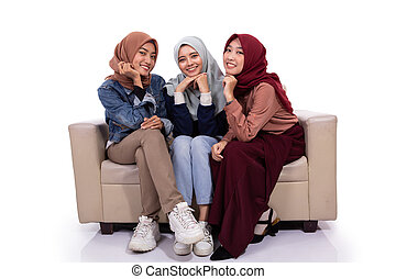 olhar, sentando, três, sofá, enquanto, câmera, mulheres, vendado