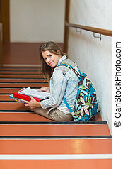 olhar, sentar-se, jovem, alegre, câmera, estudante, escadas