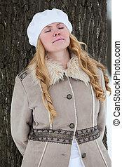 olhos bonitos, mulher, casaco inverno, tronco, árvore, jovem, costas, fechado, inclinar-se, retrato, jardim