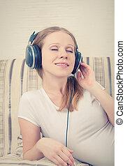 olhos bonitos, mulher, escutar, sofá, fones, jovem, enquanto, música, fechado, meu, mentindo