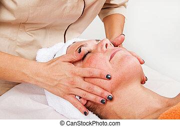 olhos bonitos, mulher, facial, beleza, jovem, fechado, recebendo, massagem, centro