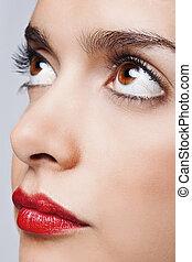 olhos marrons, e, lábios vermelhos