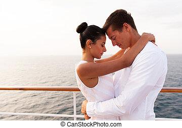 olhos, par, jovem, abraçando, fechado, cruzeiro