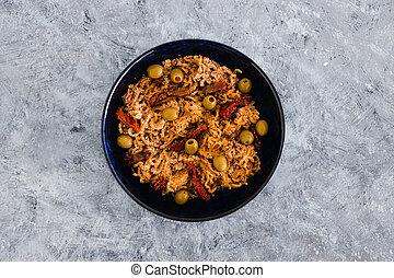 olives, vegan, plant-based, tomates, sundried, nourriture, breadcrumbed, nouilles, gingembre