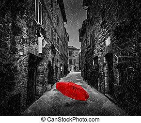 ombrello, su, scuro, strada, in, un, vecchio, italiano, città, in, toscana, italy., raining.