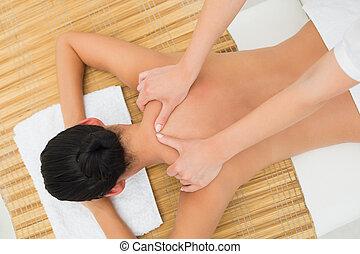 ombro, desfrutando, morena, massagem, calmo