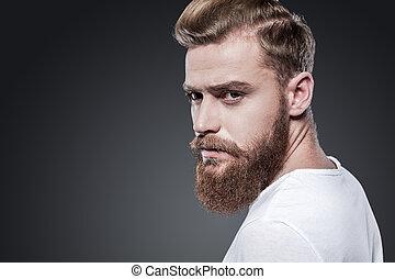 ombro, ficar, barbudo, seu, look., sobre, cinzento, contra, olhando jovem, confiante, enquanto, fundo, pensativo, homem
