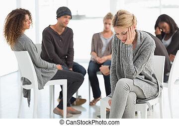 omgooien, vrouw, met, voer in handen aan, op, rehab, groep