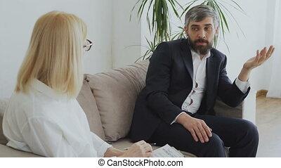omgooien, zakenman, klesten, over, zijn, porblems, met, vrouwlijk, psycholoog