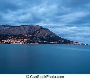 omis, stadtansicht, bei, der, berg, in, kroatien, an, evening.