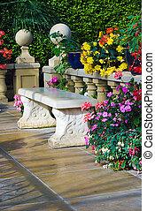 omringde, terras, bloemen, beton, modieus, bankje