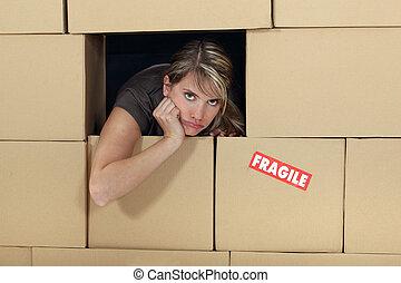 omringde, vrouw, kartons