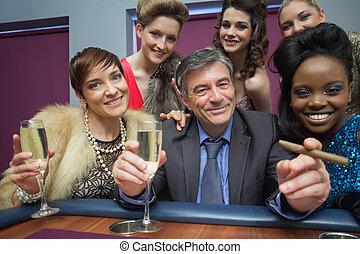 omringde, vrouwen, man, tafel, roulette, vrolijke