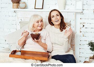 omsorgen, behaglig, kvinna, henne, enjying, äldre, farmor, prata