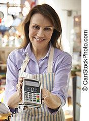 omzet assistent, in, homeware, winkel, met, kredietkaart machine