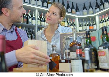omzet assistent, met, klant, in, drank opslag