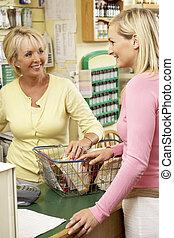 omzet assistent, met, klant, in, gezondheid voedsel winkel