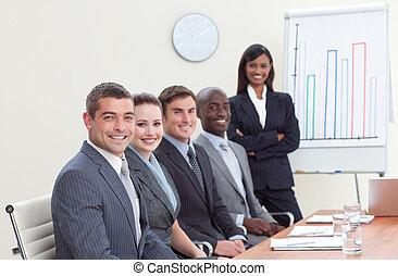 omzet, haar, collega's, figuren, businesswoman, berichtgeving