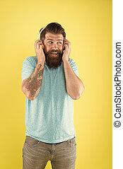 on., ステレオ, bluetooth, あごひげを生やした男, 音楽, 無線の技術, 新しい, ヘッドホン, 聞きなさい, 情報通, ウエア, 残忍である, 置かれた, 遊び, headset., 使用, バックグラウンド。, あなたの, 黄色, 調節可能, 人