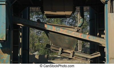 On the asphalt plant is a technical process of bunkering gravel.