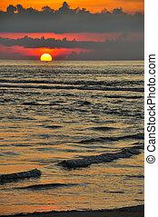 ondergaande zon , aan het strand