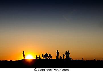 ondergaande zon , berg, mensen, groep, schouwend
