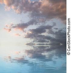 ondergaande zon , concept., water, landschap., een, hemel, van, wolken, weerspiegelde in, een, kalm, sea.